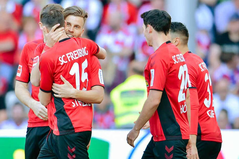 Früh jubelten die Freiburger über den Führungstreffer in der 3. Minute.