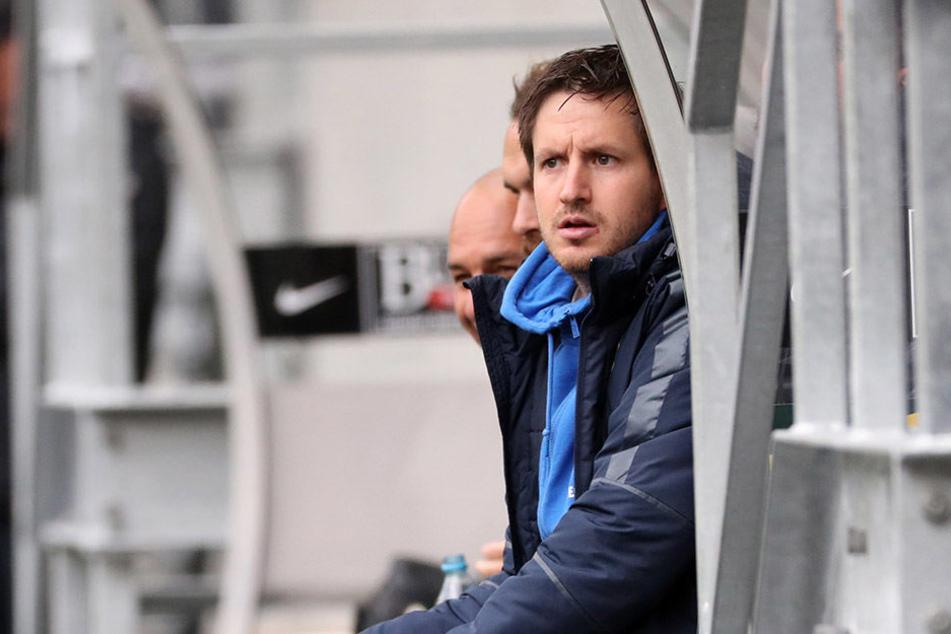 FCE-Coach Hannes Drews, hier beim Testspiel gegen Dukla Prag auf der Bank, hat die Länderspielpause auch zur Erholung genutzt