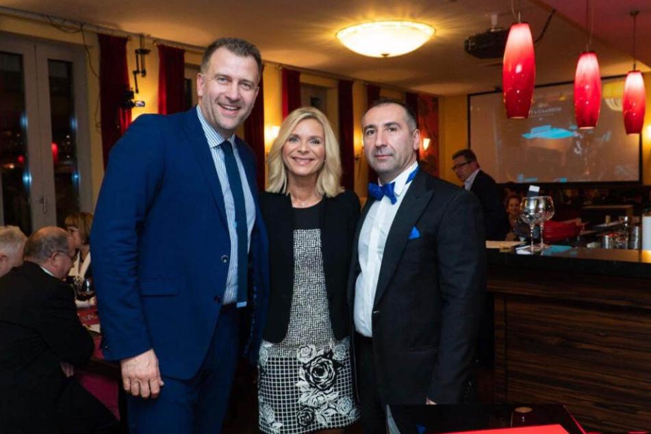 Rene Kindermann (44) und Uta Bresan (54) bekamen von Arturo Gevorgyan (49, r.) und seinen Gala-Gästen jeweils über 5000 Euro für ihre Vereine.