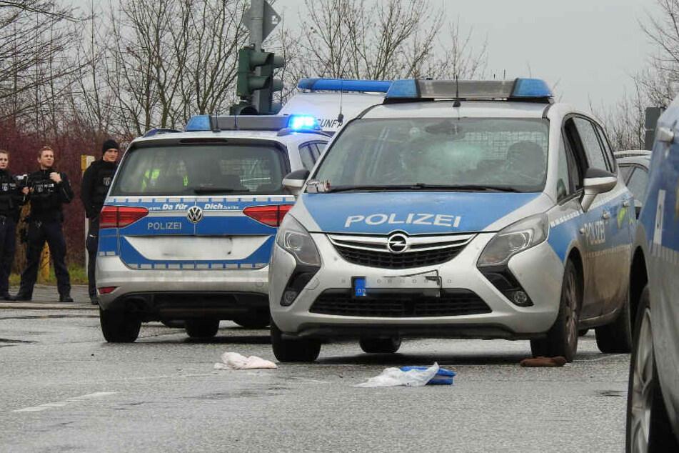 Ein Radfahrer ist offenbar von einem Polizeiwagen erfasst worden.