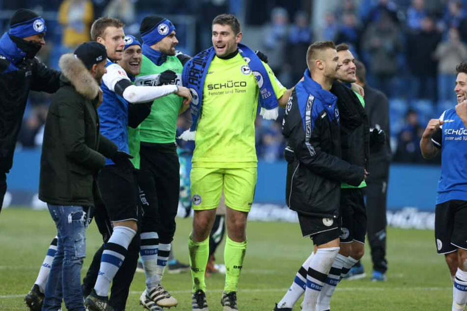 Nach dem Heimsieg gegen den VfL Bochum feierte Hesl mit seinen Team-Kollegen.