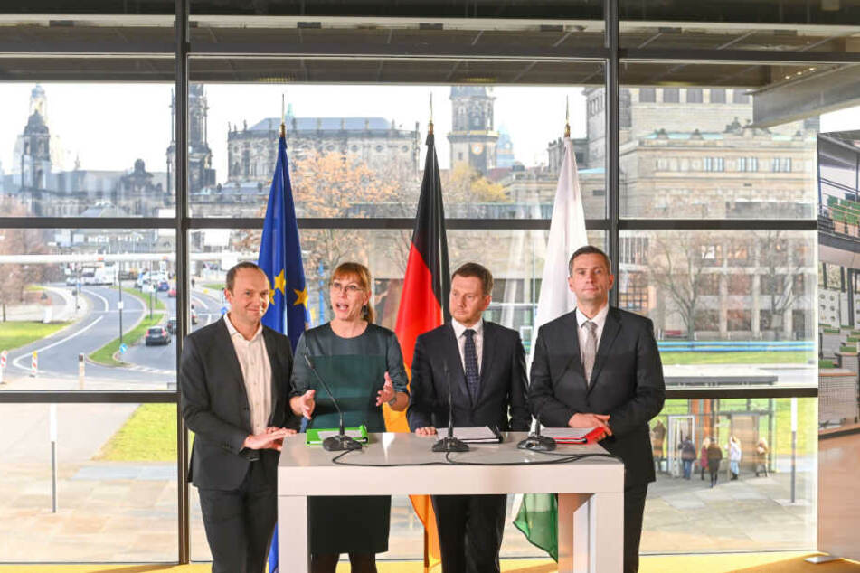 """Sie stehen für das neue Projekt """"Kenia"""": Das grüne Spitzenduo Wolfram Günther (46) und Katja Meier (40), CDU- und Regierungs-Chef Michael Kretschmer (44) sowie SPD-Boss Martin Dulig (45, v.l.)."""
