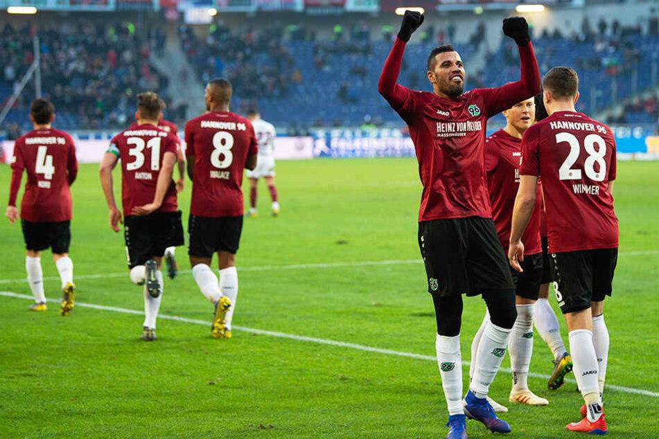 Pure Erleichterung: Hannover 96 gewann das Abstiegsduell gegen den 1. FC Nürnberg und schöpft Hoffnung, den Klassenerhalt doch noch packen zu können.