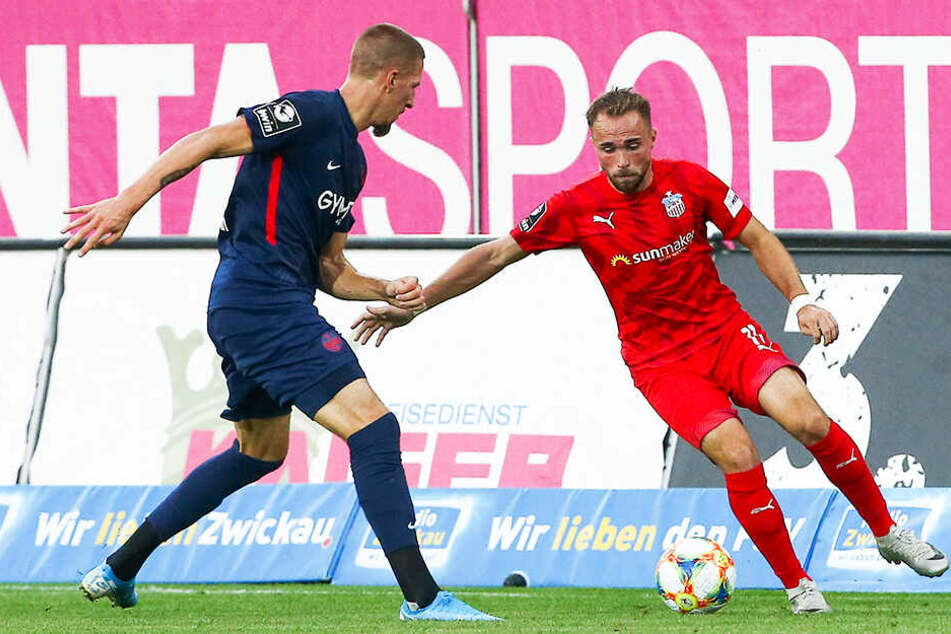 Fabio Viteritti (r.) erzielte für den FSV Zwickau den 1:3-Anschlusstreffer. Hier behauptet er den Ball gegen Lauterns Janik Bachmann.