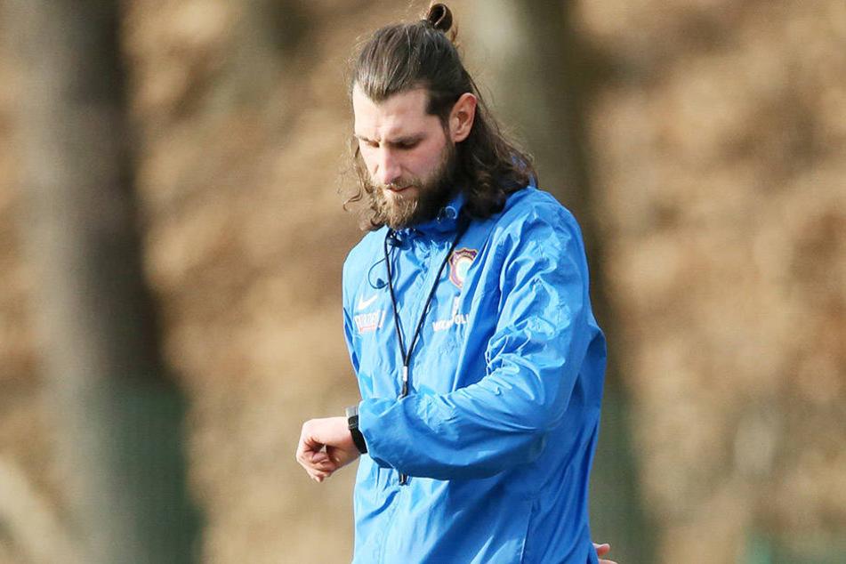 Dem FCE läuft die Zeit davon: Co-Trainer Robin Lenk muss heute was Zählbares aus Bielefeld mitbringen.