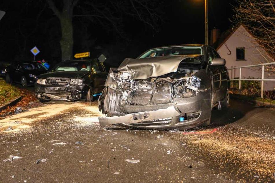 Die beiden Autos sind beim Abbiegen frontal kollidiert.