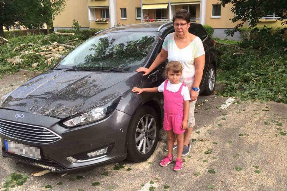 Manuela Kaiser (48) mit Tochter (Valentina (6). Manuela wollte ihre Tochter in die Kita bringen. Ihr Ford wurde stark beschädigt.