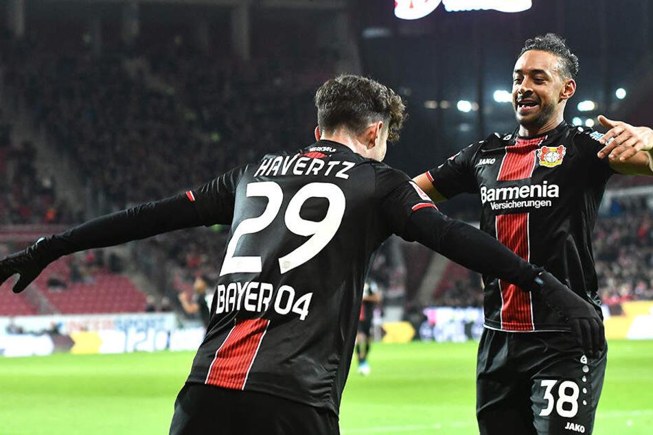 Kai Havertz und Karim Bellarabi bejubeln das 2:1 für Leverkusen.