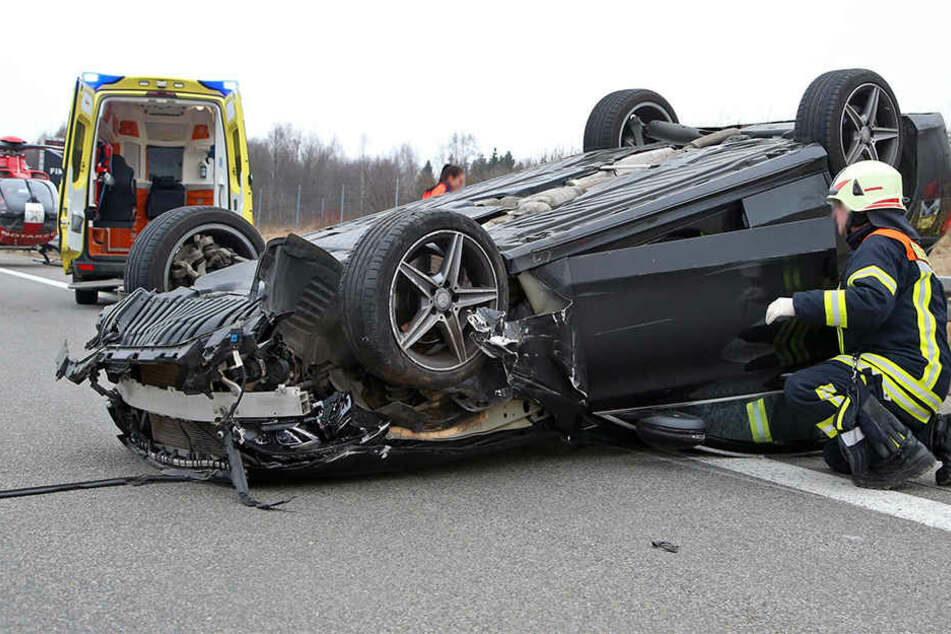 Der Mercedes blieb nach dem Unfall auf dem Dach liegen.