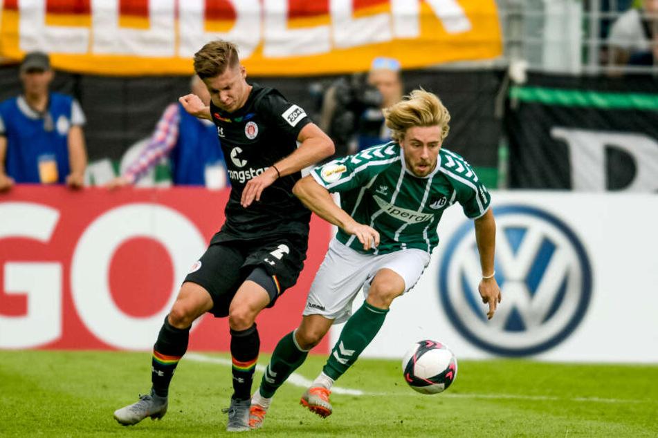 Jakub Bednarczyk kann sich nicht gegen Lübecks Marcel Schelle durchsetzen.