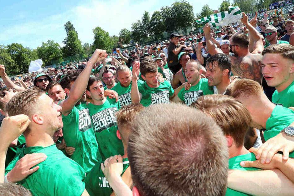 Tausende feierten den Aufstieg mit ihrer Mannschaft auf dem Feld.