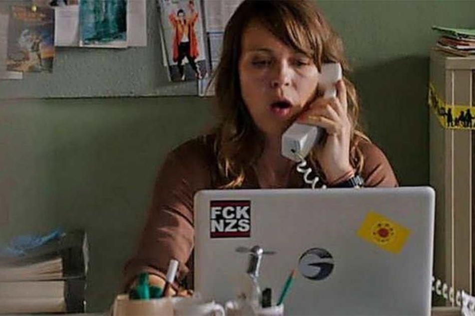 """LKA-Ermittlerin Katrin König mit einem """"Fuck Nazis"""" und Anti-Atomkraft-Aufkleber auf dem Laptop - der kommt nun weg."""
