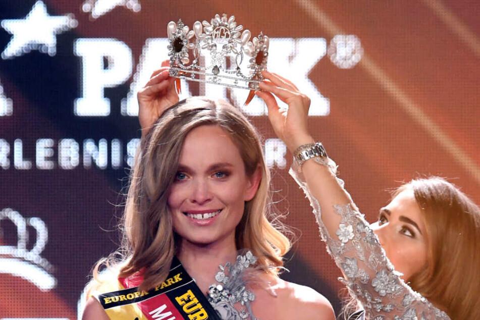 Miss Baden-Württemberg Nadine Berneis erhält die Krone von Miss Germany 2018 Anahita Rehbein.