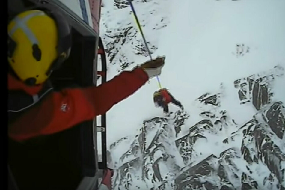Die Helikopterbesatzung konnte den Hund vom Berg retten.