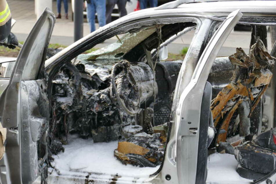 Auto brennt völlig aus: Rettungsdienst muss sich um Frau und Kind kümmern
