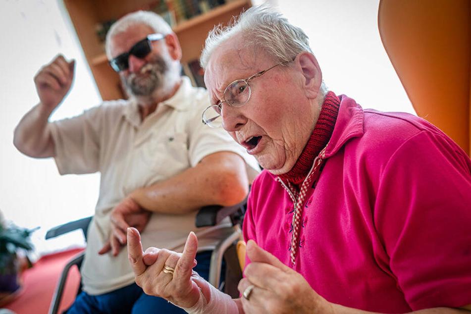 Sie stehen auch im Pflegeheim auf laute Musik: Peter Petrick (76) und Irene Böttger (90) mit typischer Rockergeste.