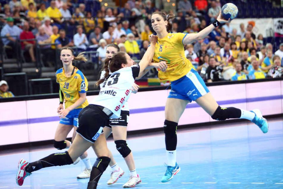 Tamara Bösch holt gegen Iris Guberinic zum Wurf aus.