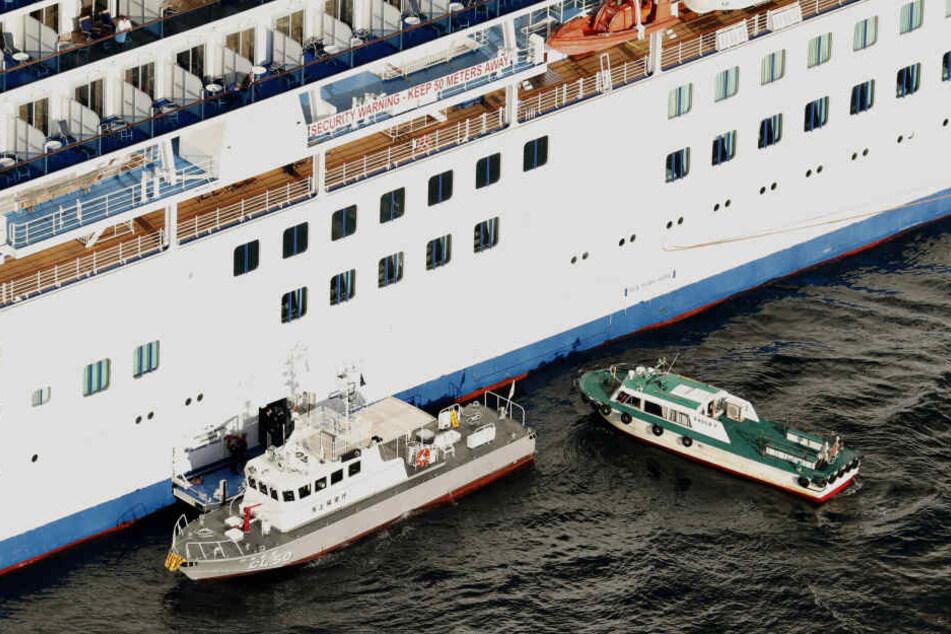 """Ein Patrouillenboot der Japanischen Küstenwache beim Kreuzfahrtschiff """"Diamond Princess""""."""