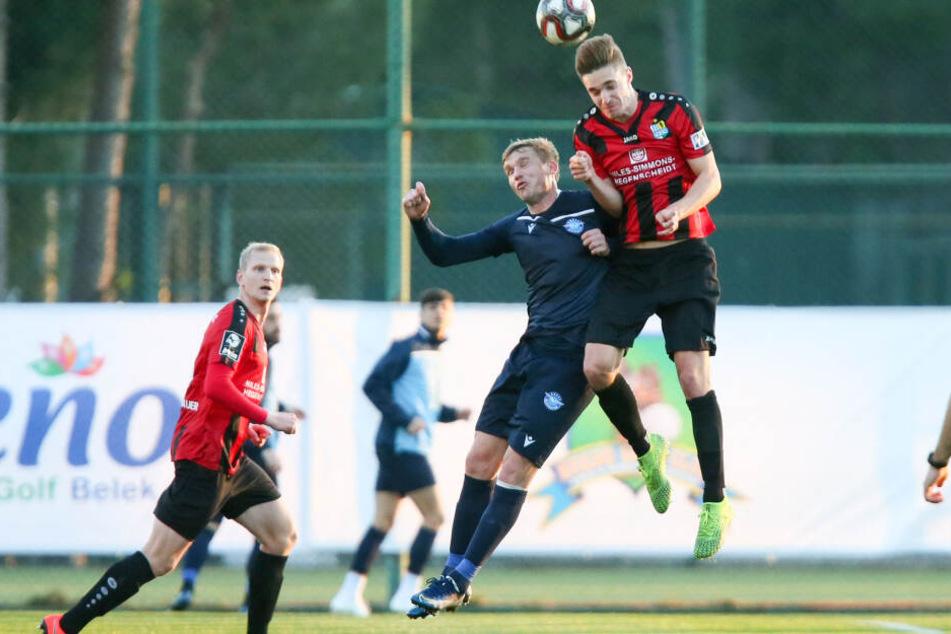 Oleksandr Gladkyy (Adana) und CFC-Spieler Sören Reddemann im Kopfballduell.