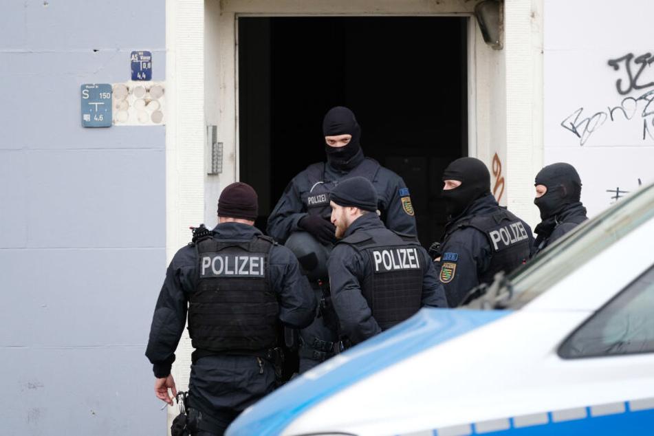 Polizeibeamte bei einer Razzia. (Symbolbild)