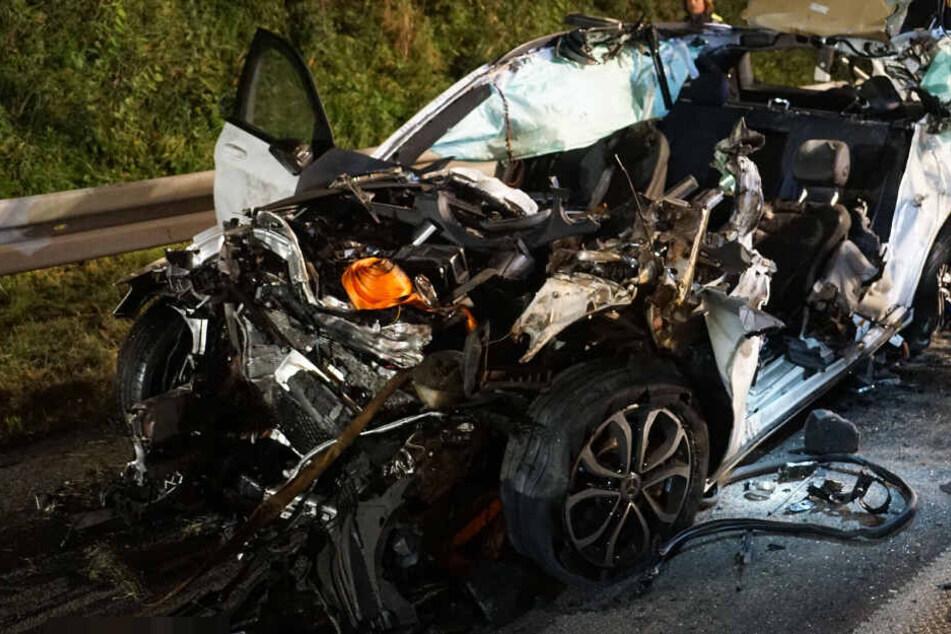 Horror Unfall auf A8 bei Kirchheim: Mercedes rast unter Lkw, Fahrer stirbt vor Ort