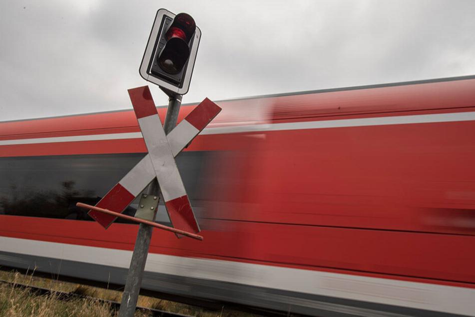 Horror-Crash auf Bahnübergang! Zug rammt Auto: Vier Tote, darunter zwei Kinder