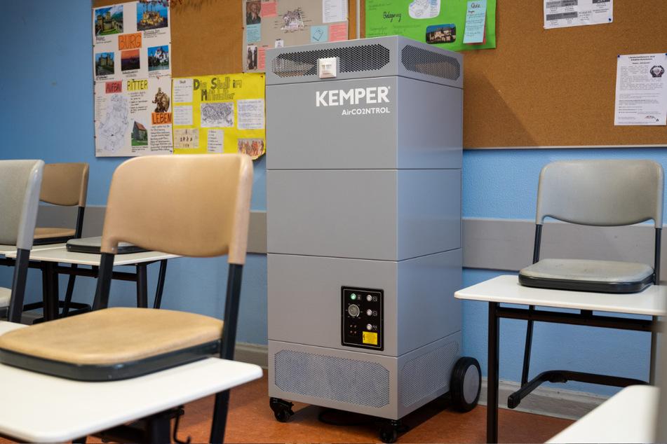 In einem Klassenraum im Berliner Schadow-Gymnasium steht ein Luftreiniger, der die Corona-Infektionsgefahr während des Unterrichts senken soll.