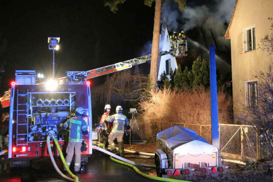 Mit einem Drehleiterkran bekämpfte die Feuerwehr das Feuer.