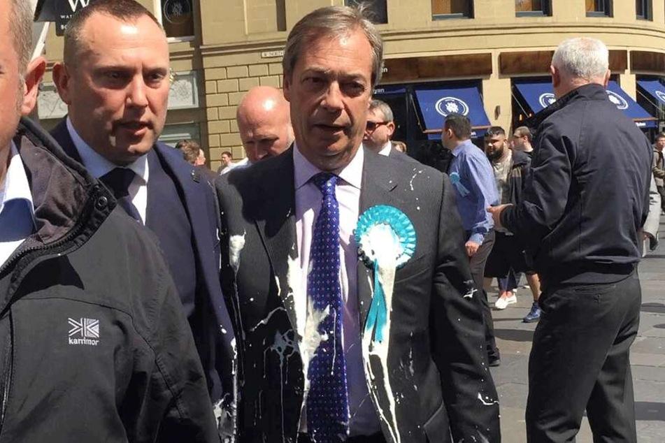 Nigel Farage wurde im Rahmen einer Wahlkampfveranstaltung in Newcastle von einem Milchshake getroffen.