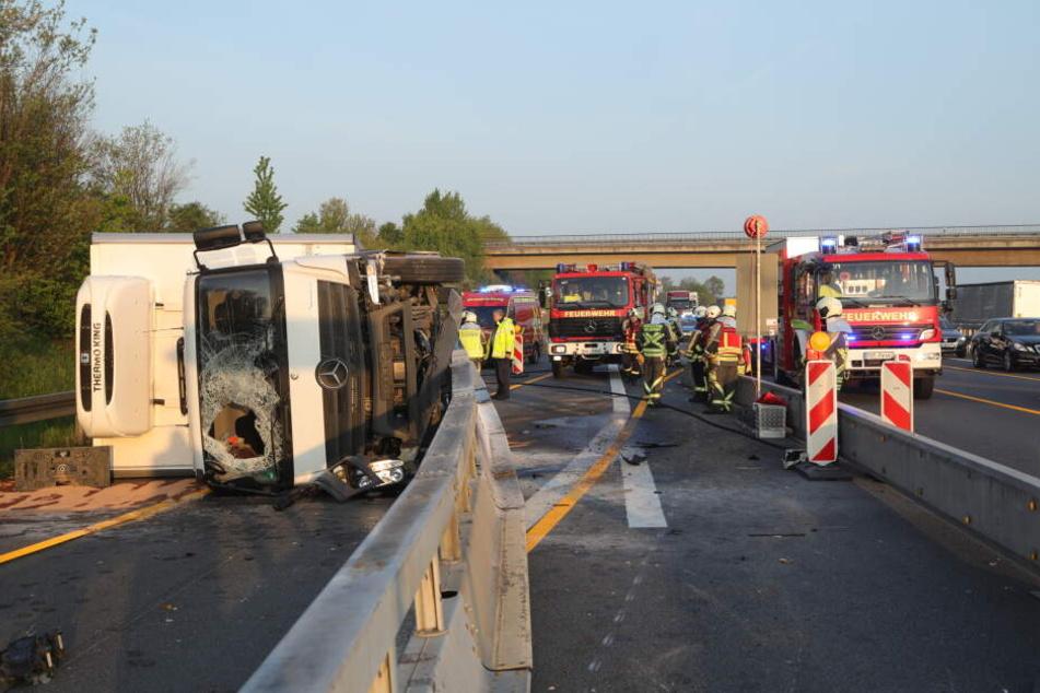 Der Lkw fuhr gegen die Baustellenleitplanke und kippte um.