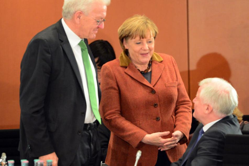 Winfried Kretschmann (l.) steht hinter der Linie von Angela Merkel (M.).