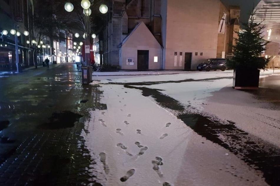 Etwas Schnee lag am Sonntagmorgen auf der Kölner Schildergasse.