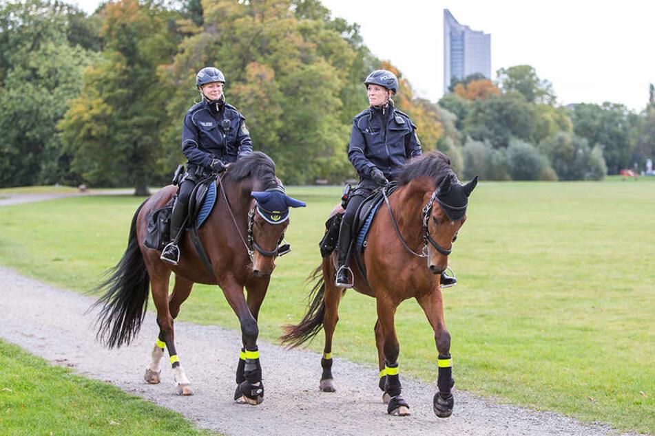 Zwei Polizei-Reiterinnen patrouillieren im Rosental. Fortan soll die Reiterstaffel öfter an Leipzigs Brennpunkten eingesetzt werden.