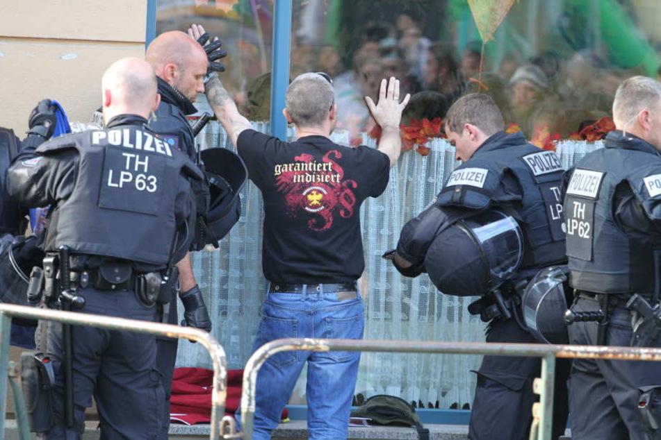 Nach Polizeiangaben warfen Rechte Steine und Flaschen auf Beamte, nachdem das Konzert von Magdala nach Apolda verlegt worden war.