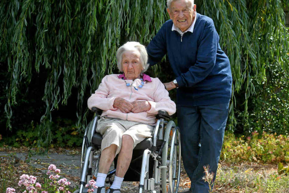 Edith und Martin Beisheim in der Grünanlage ihres Seniorenheims.
