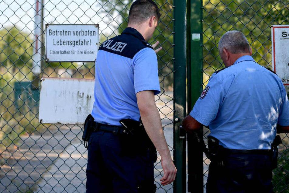 Polizisten am Fundort der Leiche.