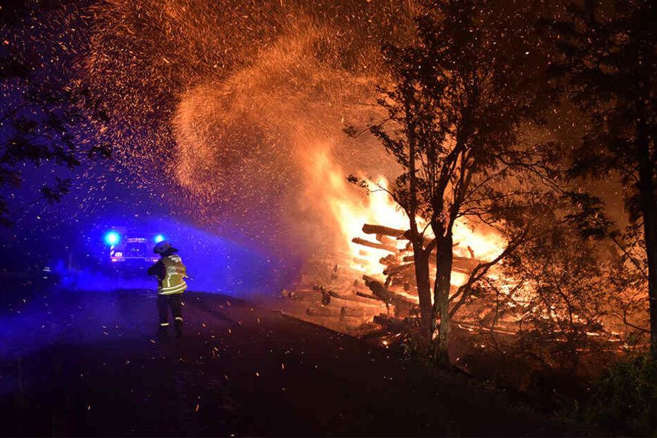 Deutsch-tschechischer Löscheinsatz: Hier wird ein brennender Holzstapel zwischen Cinovec und Vojtovice am Erzgebirgskamm gelöscht, der den Wald entzündete.