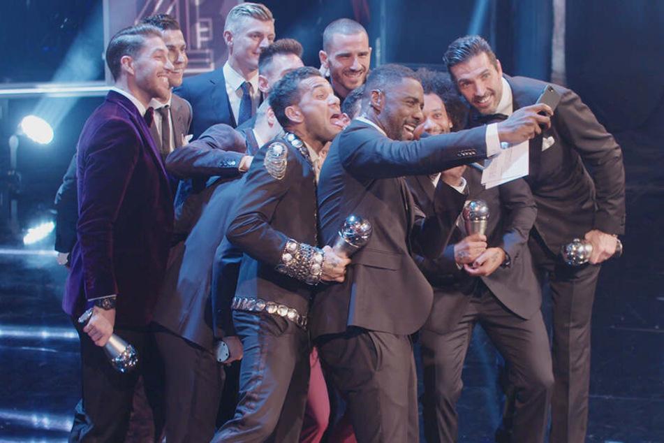 Toni Kroos ganz hinten auf dem Foto mit den anderen Stars, die in die FIFA Elf des Jahres gewählt wurden und Moderator und Schauspielstar Idris Elba (vorne).