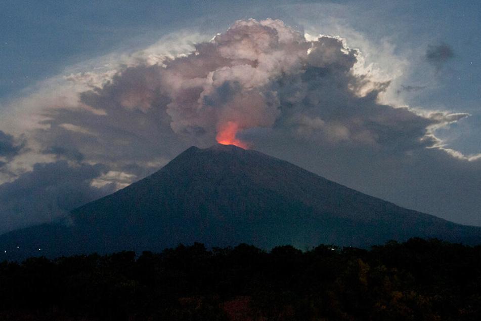 Seit Monaten hält der mehr als 3000 Meter hohe Agung mit seiner erhöhten Aktivität die Menschen auf Bali mit kleineren und mittleren Eruptionen in Atem, die befürchtete Katastrophe blieb bislang jedoch aus.