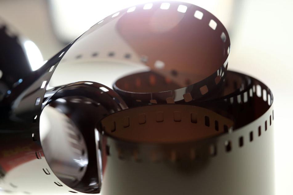 Ein Filmstreifen liegt auf einem Leuchttisch.