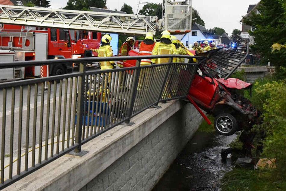 Der 29-jährige Fahrer raste durch ein Brückengeländer und wurde schwer verletzt.