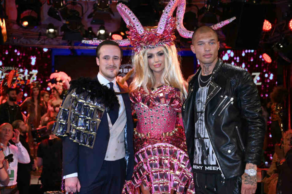 """Die Models Johannes Laschet (l-r), Rosanna Davison und Jeremy Meeks stehen bei der""""Lambertz-Monday-Night"""" nebeneinander."""