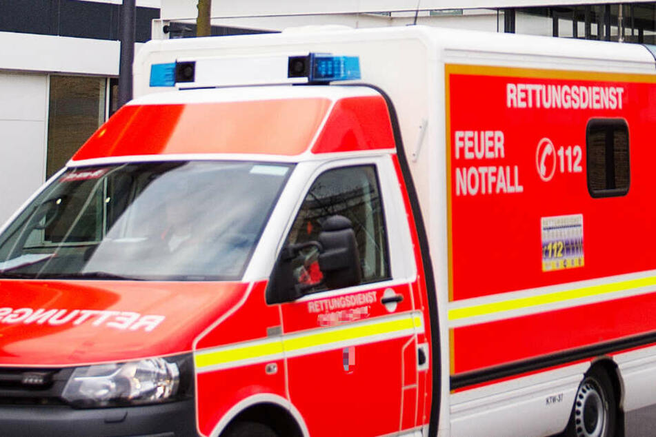 Ein Rettungswagen brachte den 18-Jährigen in eine Klinik (Symbolbild).