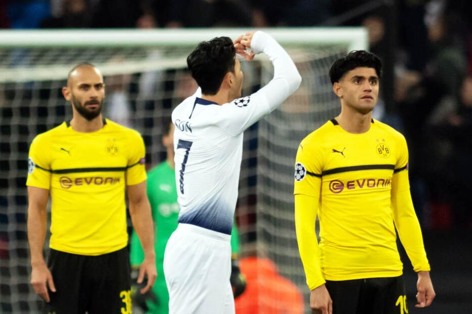 Heung-min Son bejubelt sein Tor zum 1:0 für Tottenham, während die Dortmunder Mahmoud Dahoud (r.) und Ömer Toprak (l.) niedergeschlagen dreinblicken.