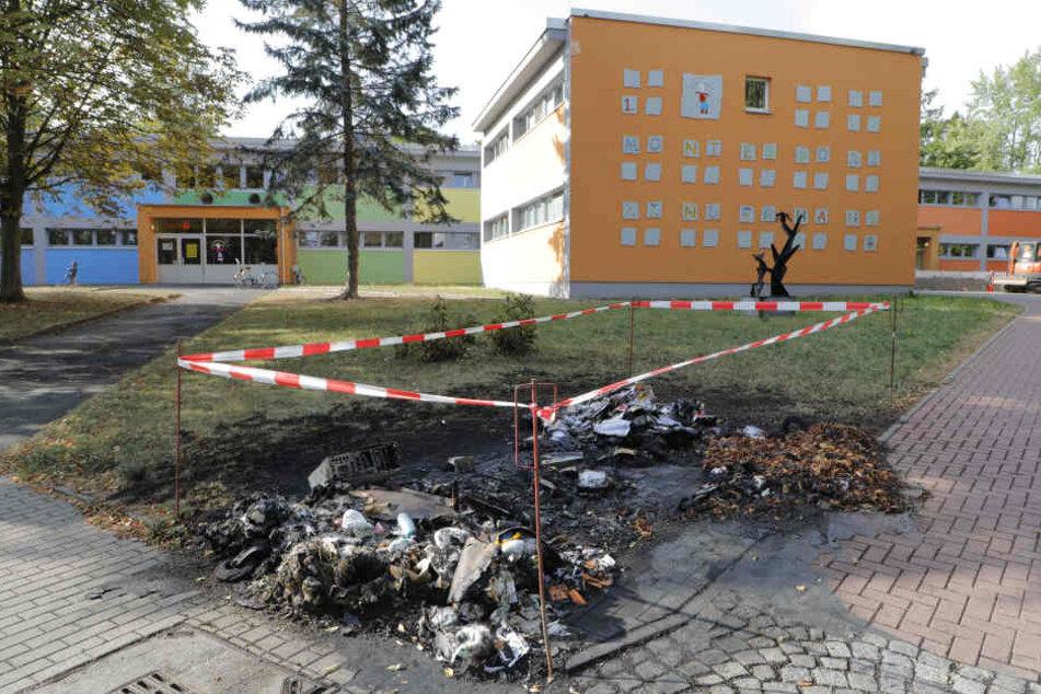 Vor einer Kita in Gablenz brannte ein Müllcontainer ab.