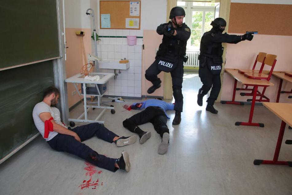 Die Polizeiübung aus dem Inneren des Schulgebäudes.