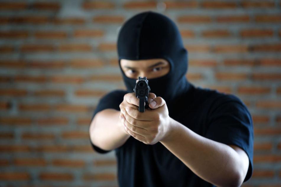 Zwei maskierte Täter konnten mit ihrer Beute flüchten. (Symbolbild)