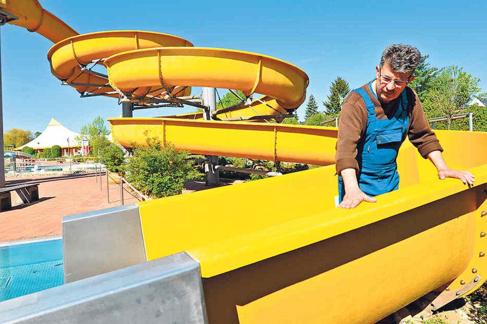 Lutz Müller (62), Betriebsleiter des Freibades Gablenz, kontrolliert noch einmal die Wasserrutschen.