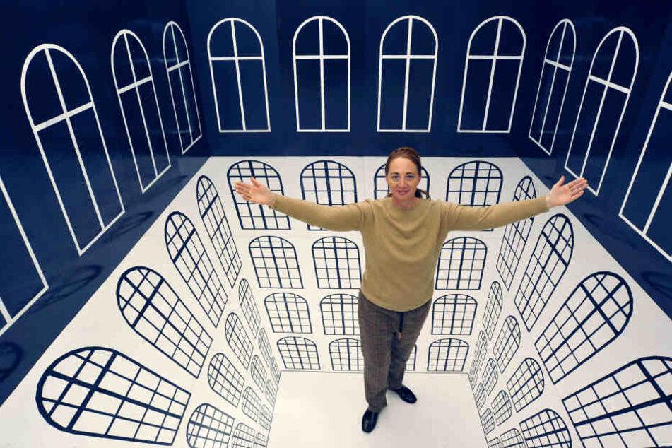 Schloss-Herrin Patrizia Meyn (46) präsentiert einen Raum, dessen Wände mit Hilfe einer optische Täuschung nach oben klappen.