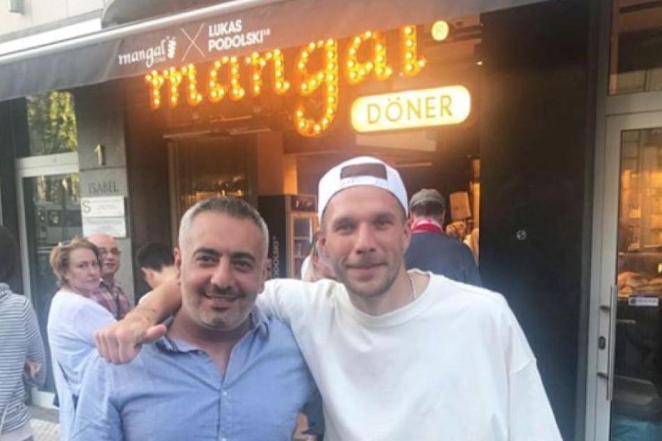 Lukas Podolski mit seinem Geschäftspartner am Döner-Laden am Chlodwigplatz.